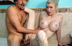 Katie Monroe invita a follar a su compañero de piso